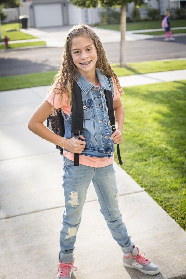 Fille mignonne d'école se dirigeant à l'école pendant le matin photo stock