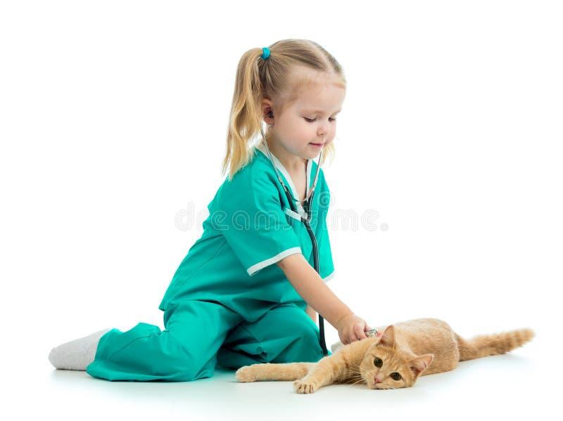 Enfant jouant le docteur avec le chat photographie stock
