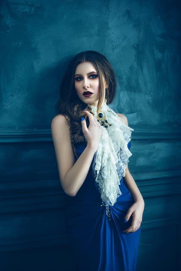 Fille mignonne dans la robe bleue luxueuse images stock
