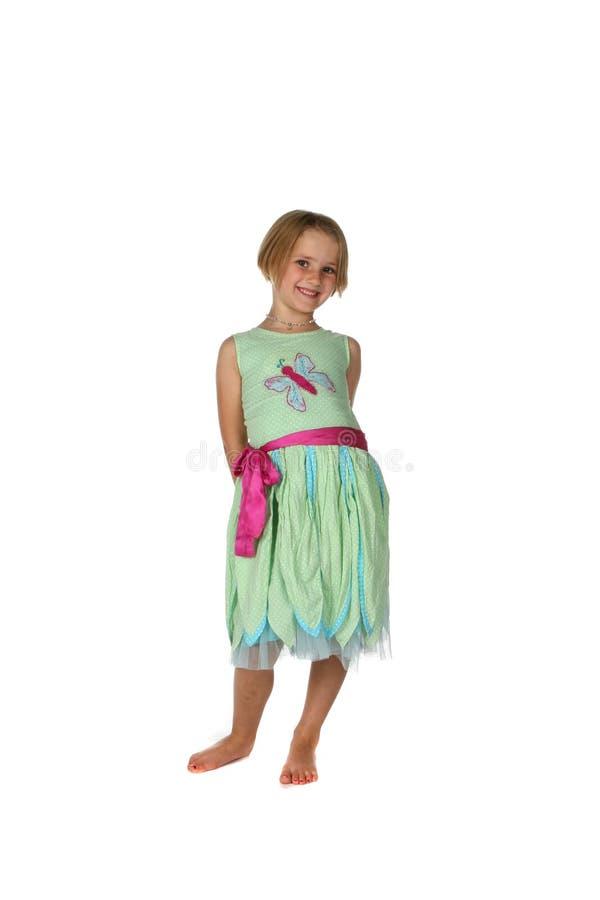 Fille mignonne dans la robe verte et rose de source image stock