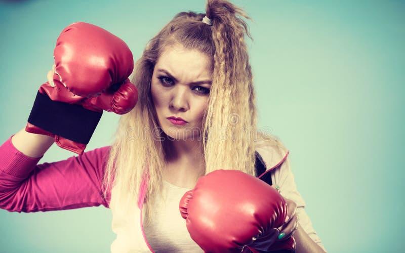 Fille mignonne dans les gants rouges jouant la boxe de sports images libres de droits