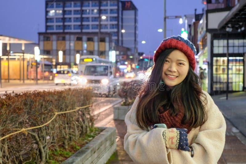 Fille mignonne de l'Asie dans le centre ville de Takayama image libre de droits