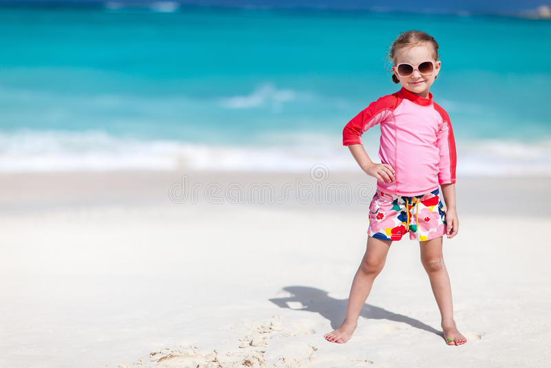 fille mignonne de plage peu photos stock
