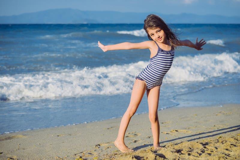 fille mignonne de plage peu photo libre de droits