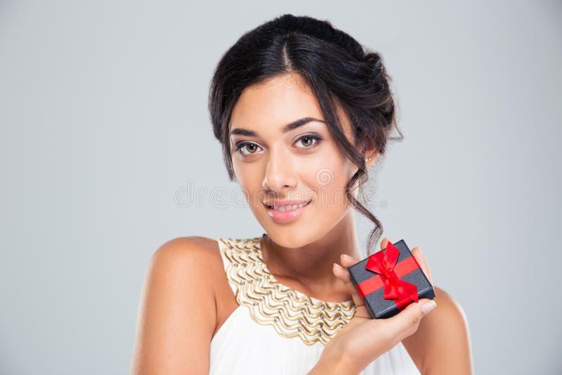 Fille mignonne de sourire tenant le boîte-cadeau de bijoux photographie stock libre de droits