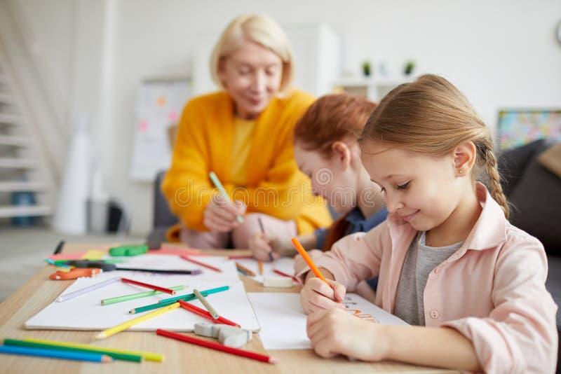 Fille mignonne dessinant à la maison photographie stock libre de droits