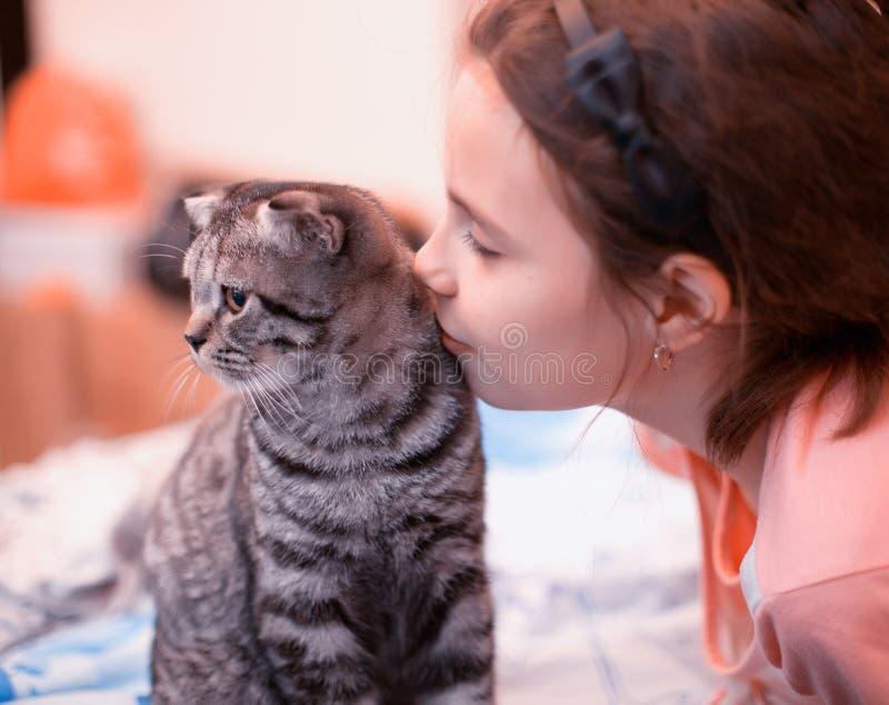 Fille mignonne embrassant le chaton photo libre de droits