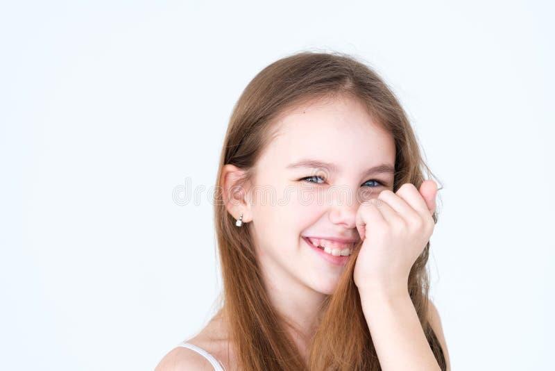Fille mignonne joyeuse de sourire espiègle d'enfant d'émotion photographie stock