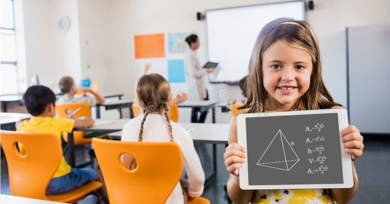 Fille mignonne montrant le diagramme dans la salle de classe images libres de droits