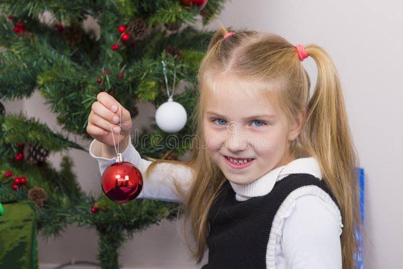 Fille mignonne près d'arbre de nouvelle année photos stock