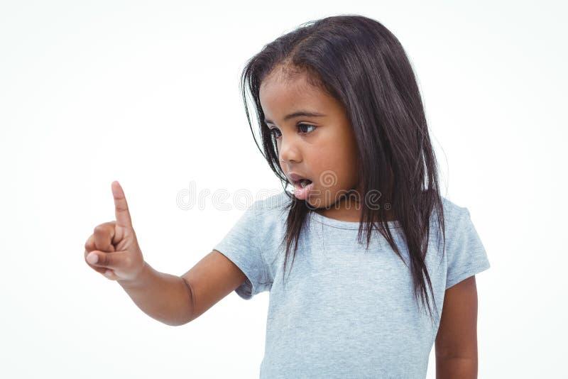 Fille mignonne secouant le doigt indiquant non photo stock