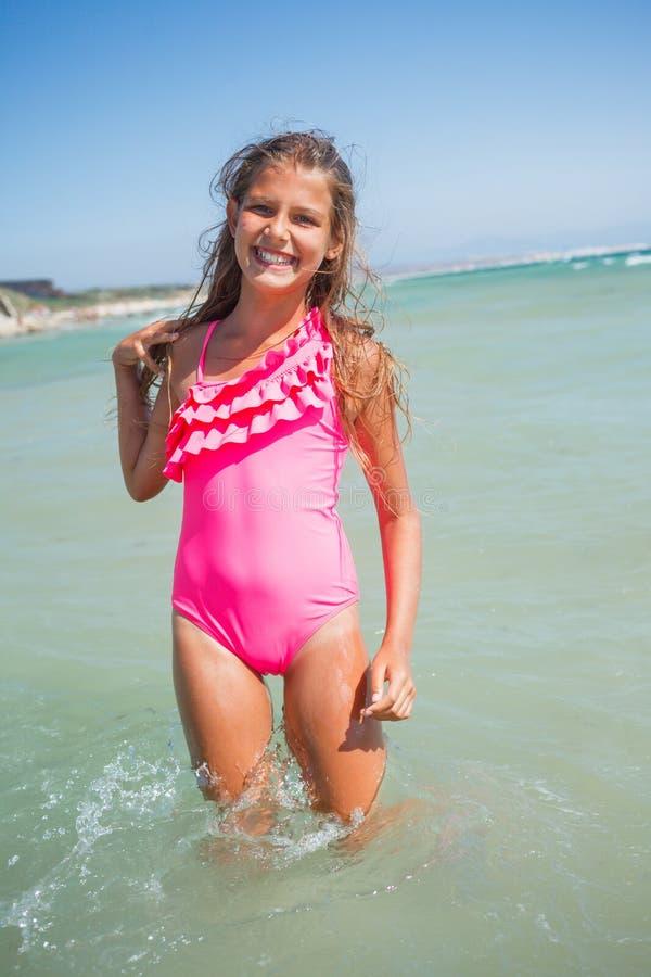 Fille mignonne sur la plage photos stock