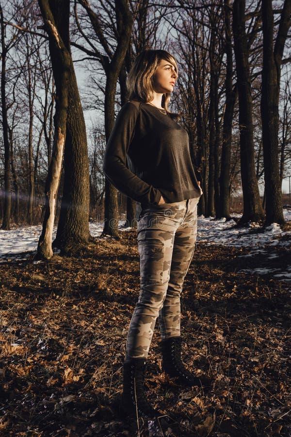 Fille militaire de style dans la forêt d'hiver photographie stock