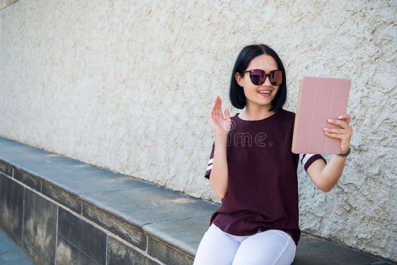 Fille millénaire de sourire parlant par l'appel visuel regardant l'appareil-photo, vlog visuel de l'adolescence femelle d'enregis image libre de droits
