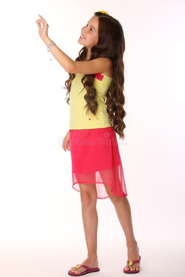 Fille mince d'enfant de jolie brune posant artistiquement et heureuse photographie stock
