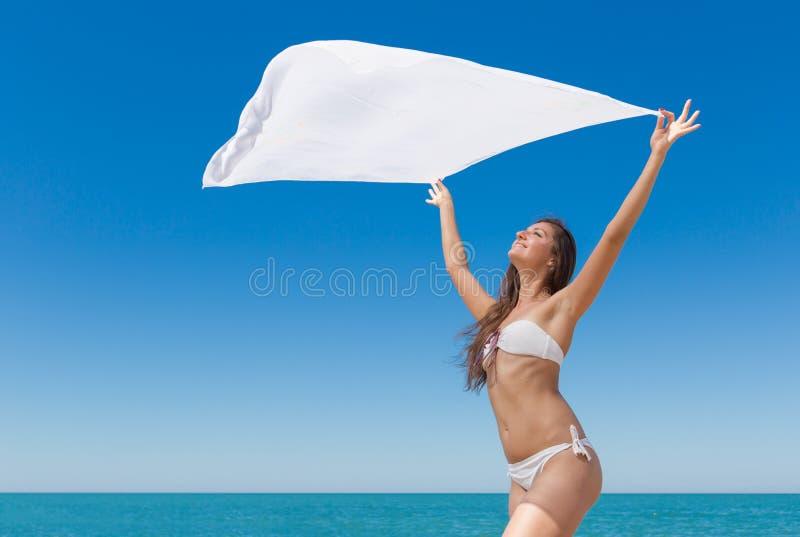 Fille mince dans le bikini avec le pareo contre la mer photo libre de droits