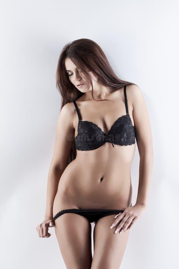 Download Fille Mince De Beddable Posant Dans La Lingerie Noire Image stock - Image du séduisant, jeune: 45352693