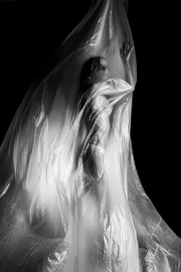 Fille mince habillée seulement dans la pose de sous-vêtements avec émotion, enveloppée le flottement dans le vent et en adaptant  image stock
