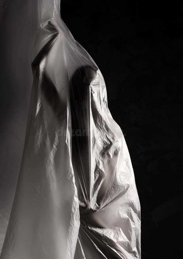 Fille mince habillée seulement dans la pose de sous-vêtements avec émotion, enveloppée le flottement dans le vent et en adaptant  images stock