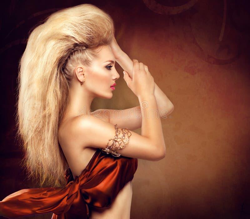 Fille modèle avec la coiffure de Mohawk image libre de droits