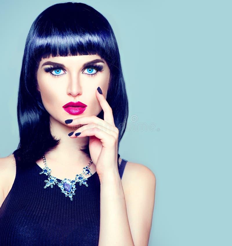 Fille modèle avec la coiffure, le maquillage et la manucure à la mode de frange photos stock