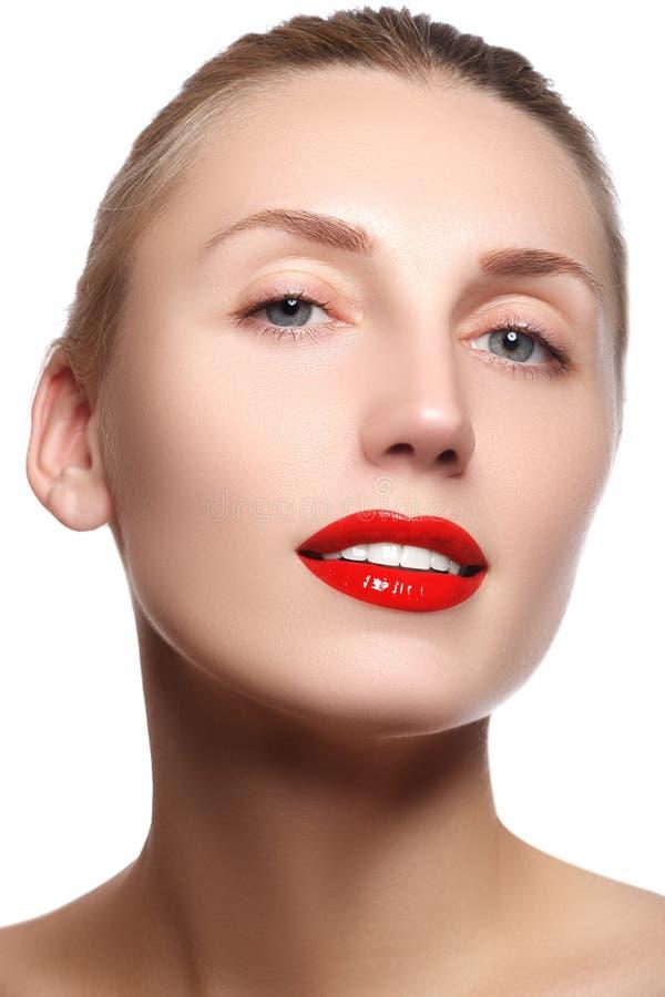 Fille modèle de beauté avec le maquillage parfait d'isolement au-dessus du blanc Port images stock