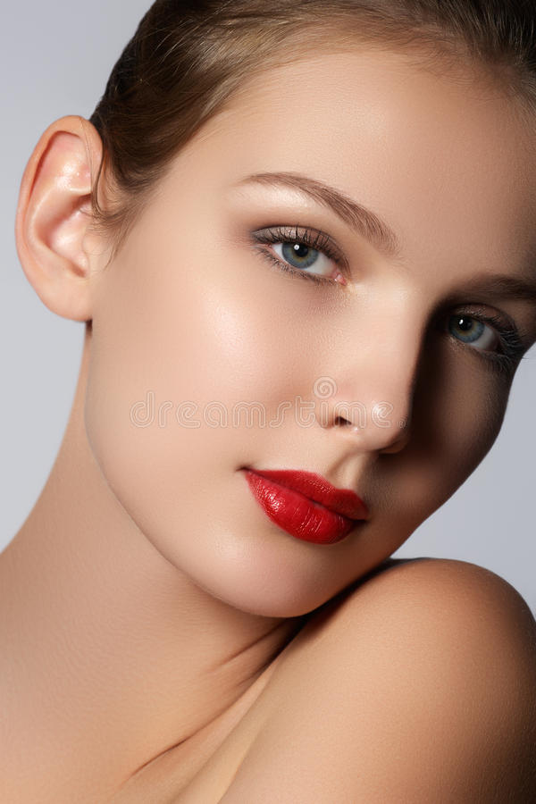 Fille modèle de beauté avec le maquillage parfait regardant l'appareil-photo d'isolement au-dessus du fond blanc Portrait de jeun photos libres de droits