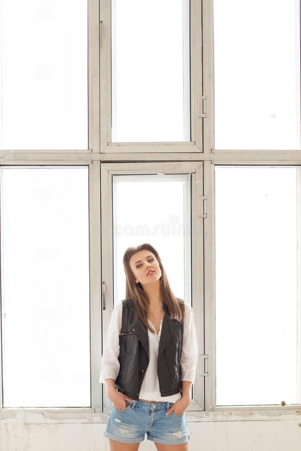 Fille modèle posant par la fenêtre image stock