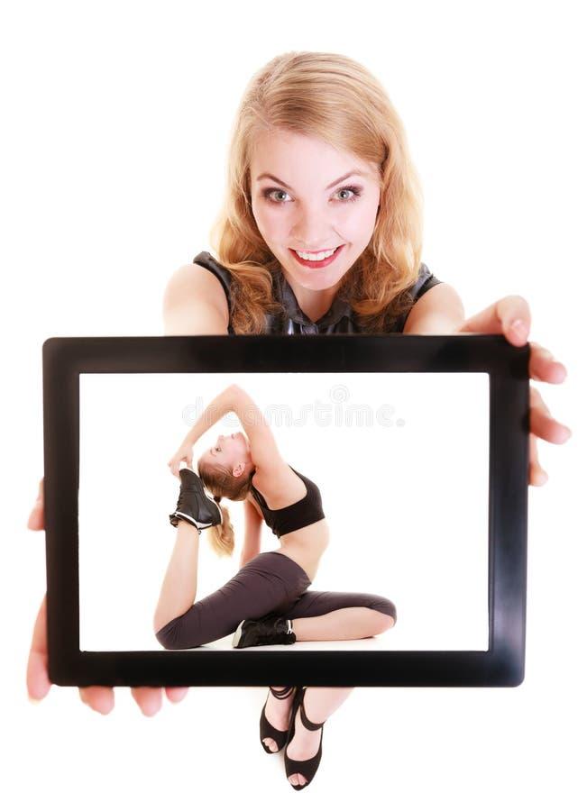 Fille montrant le comprimé avec la femme convenable de forme physique. Sport. images libres de droits