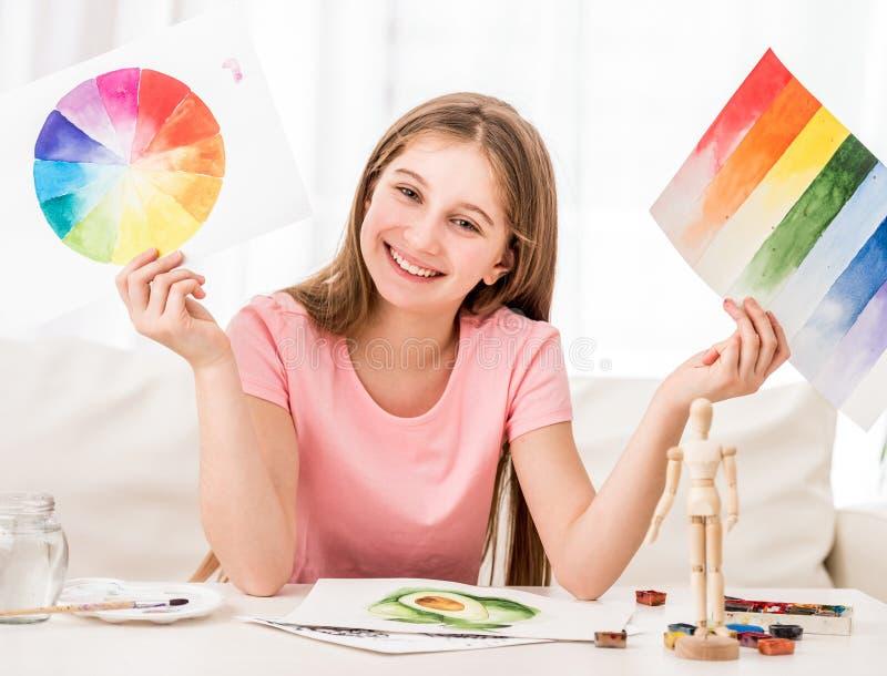 Fille montrant sa collection peinte par aquarelle image stock