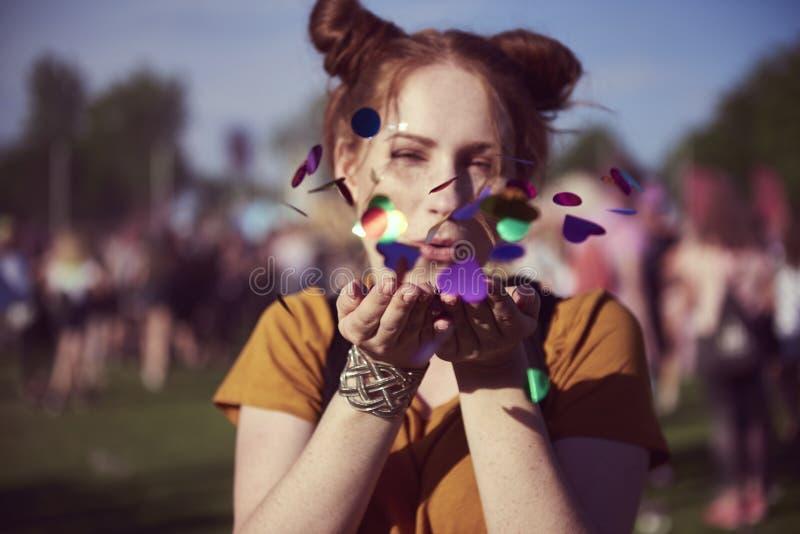 Fille morceaux de soufflement de quelques confettis photos libres de droits