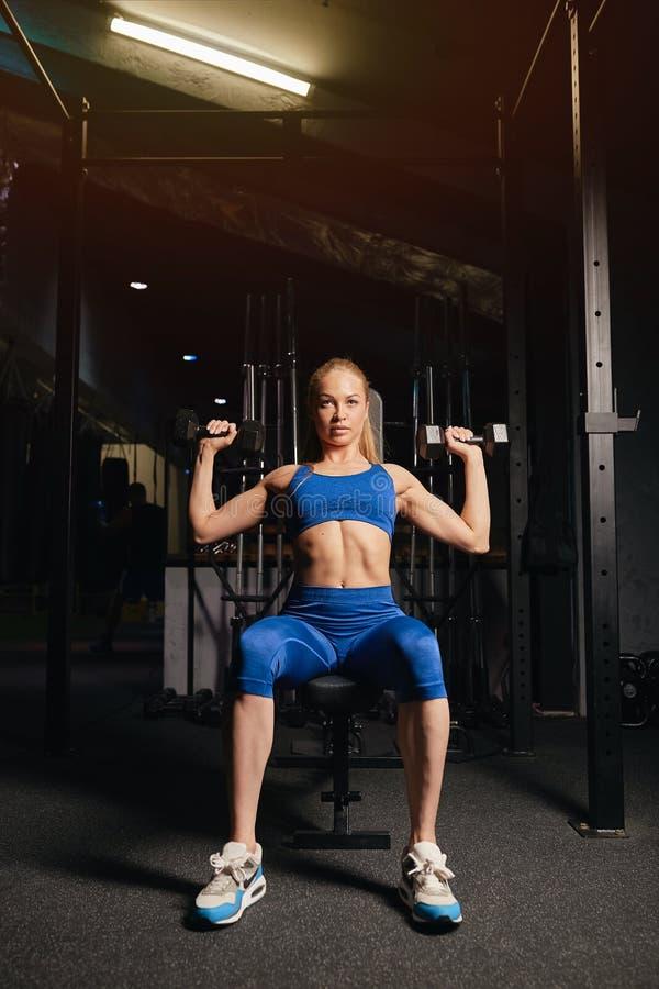 Fille motivée blonde attirante se préparant à une concurrence photo stock