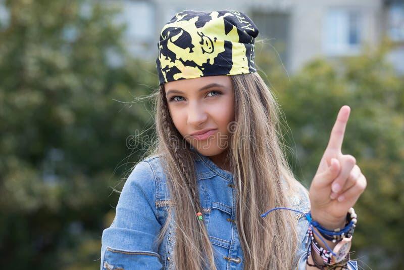 Fille n?gative de hippie avec le bandana soulevant le doigt vers le haut de dire oh non image stock