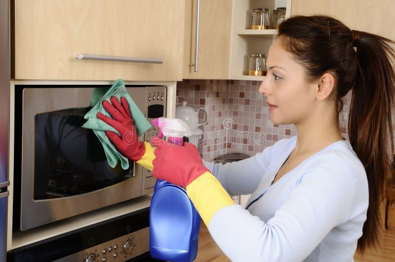 Fille nettoyant la maison photo libre de droits