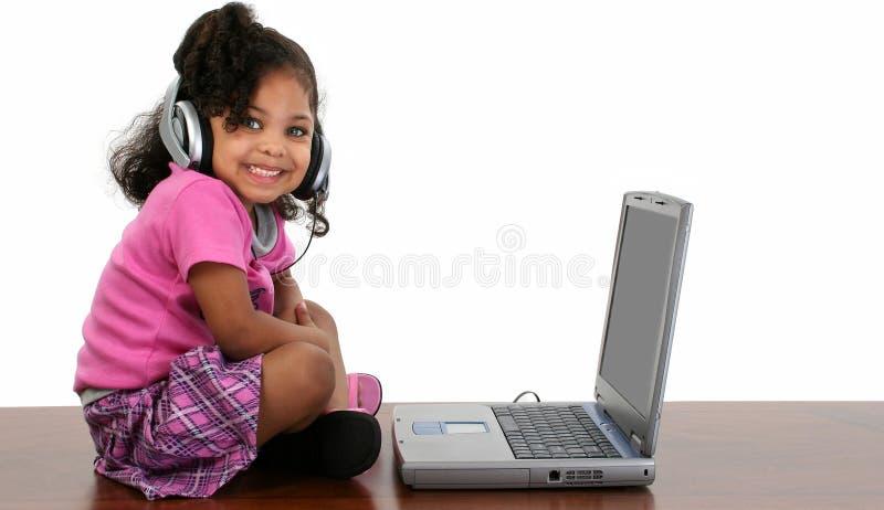 Fille noire avec l'ordinateur portatif photos stock