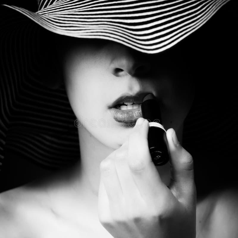 Fille noire et blanche de rouge à lievres avec le chapeau d'été photo libre de droits