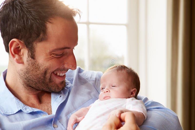 Fille nouveau-née de bébé d'At Home With de père images stock