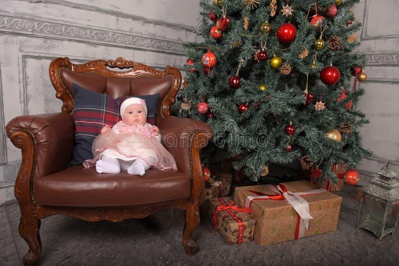 Fille nouveau-née de cinq mois dans Noël photographie stock