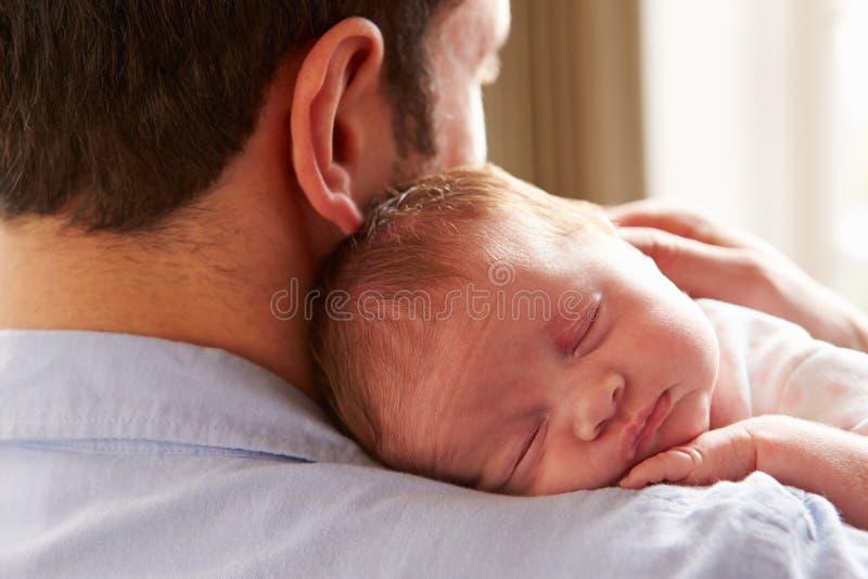 Fille nouveau-née de sommeil de bébé d'At Home With de père photographie stock