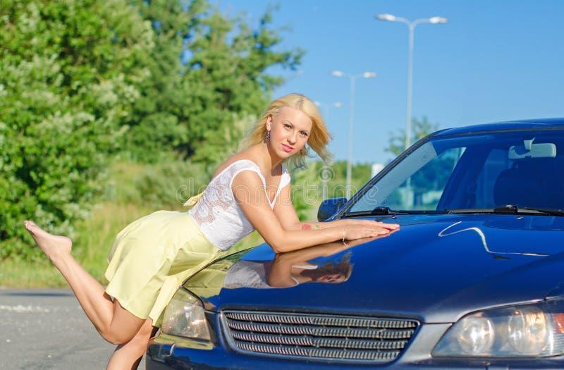 Fille nposing près de la voiture de sport image stock