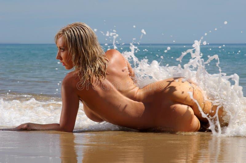 Filles libres de plage nues