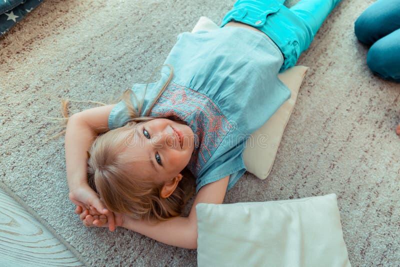 Fille observée bleue mignonne souriant à vous photo stock
