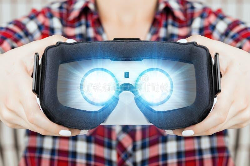 Fille obtenant l'expérience utilisant des verres de VR de réalité virtuelle photos libres de droits