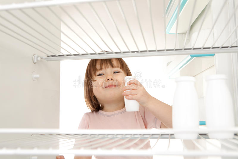 Fille obtenant le lait photographie stock libre de droits