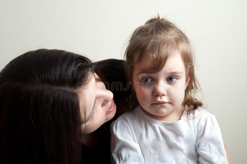 Fille obtenant parlée à photographie stock