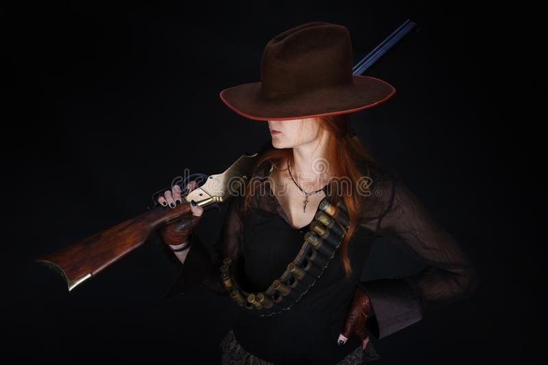 Fille occidentale sauvage avec le fusil photo libre de droits