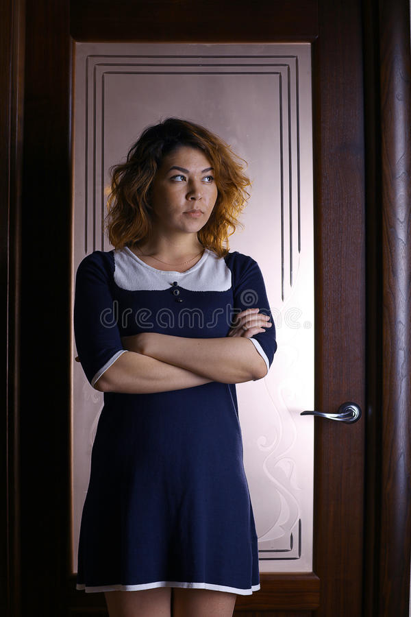 Fille orientale dans un hôtel dans une robe photo stock