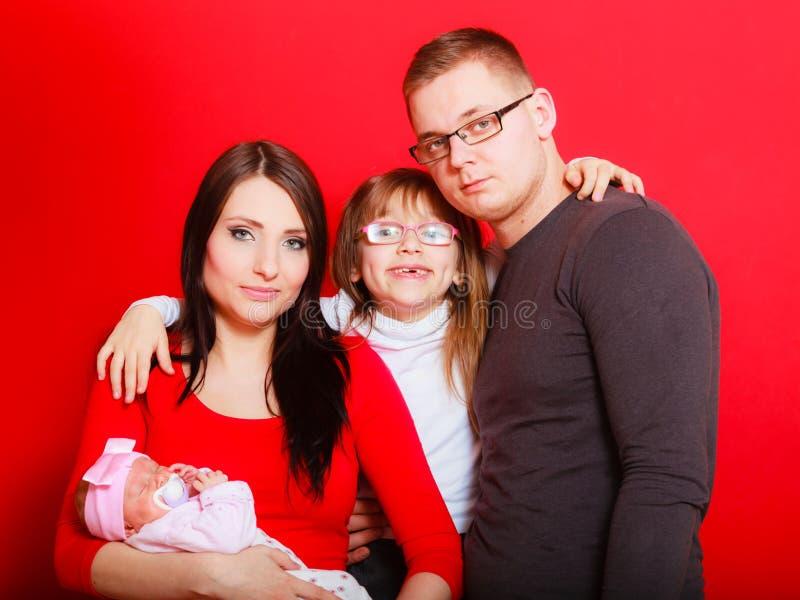 Fille, père et mère d'enfant en bas âge tenant le bébé nouveau-né images stock