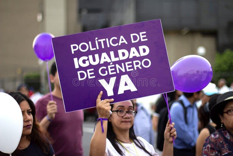 """Fille péruvienne tenant la bannière pourpre de """"Igualdad de Genero """" images stock"""