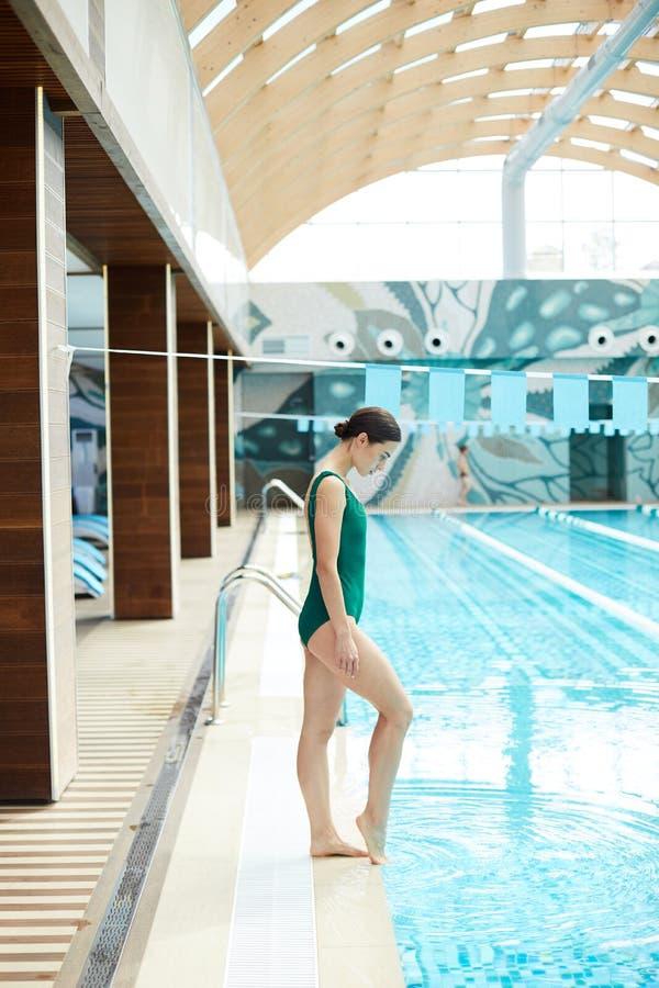 Fille par la piscine image stock